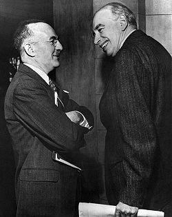 John Maynard Keynes (kanan) dan Harry Dexter White, pada Konferensi the Bretton Woods